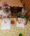 Zabezpieczone: Grupa trzylatków maluje farbami